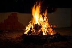 篝火在晚上,烧在火的木柴 库存图片
