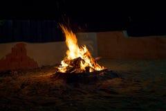 篝火在晚上,烧在火的木柴 免版税库存照片