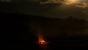 篝火在领域的晚上 库存照片