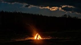 篝火在领域的晚上 图库摄影