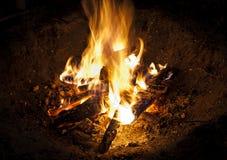 篝火燃烧木头的关闭晚上 免版税库存图片