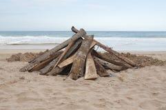 篝火的准备在海滩 免版税库存照片