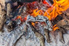 篝火的遗骸,灰仍然闷燃 库存图片