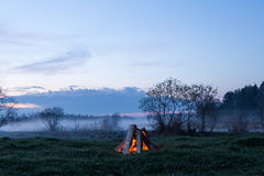 篝火飘动并且出去 以后的晚上 库存照片
