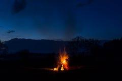 篝火飘动并且出去 以后的晚上 库存图片