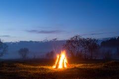 篝火飘动并且出去 以后的晚上 免版税库存照片