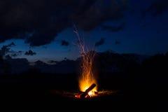 篝火飘动并且出去 以后的晚上 免版税库存图片