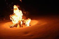 篝火 灼烧的火在冬天在雪和在晚上 图库摄影