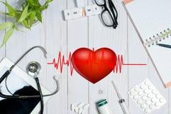 篡改与医疗项目、听诊器和药片的桌 库存照片