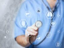 篡改与听诊器的医学在与现代虚屏接口的医院感人的象网络连接 免版税库存照片