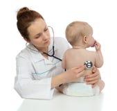 篡改与听诊器的听诊的儿童婴孩耐心心脏 免版税图库摄影