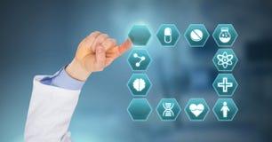 篡改互动与疗程在六角形接口的药片象的手 库存图片