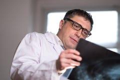 篡改佩带的一个白色实验室外套审查的X-射线图象 免版税图库摄影