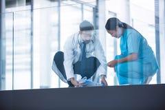 篡改并且护理收集下落的医疗报告从地板 库存图片