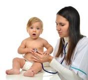篡改或护理与steth的听诊的儿童婴孩耐心心脏 库存图片