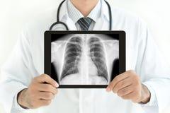 篡改拿着有正常男性胸腔X-射线图象的片剂个人计算机 免版税库存照片