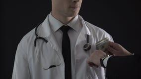 篡改收受规定的鸦片制剂的贿赂,写错误医疗报告 影视素材