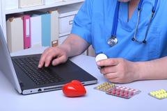 篡改显示药物箱子的手在办公室桌面 医疗保健,医疗和药房概念 免版税库存图片