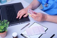 篡改显示药物箱子的手在办公室桌面 医疗保健,医疗和药房概念 库存图片