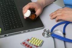 篡改显示药物箱子的手在办公室桌面 医疗保健,医疗和药房概念 免版税库存照片