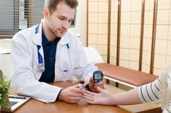 篡改测量糖尿病患者的血糖 免版税库存图片
