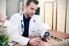 篡改测量糖尿病患者的血糖 免版税库存照片