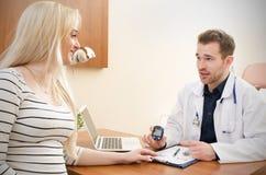 篡改测量糖尿病患者的血糖 库存图片