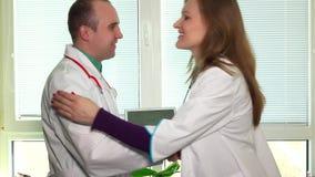 篡改男人和孕妇同事展示在片剂计算机的超声波照片 股票视频