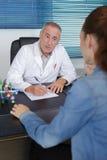 篡改规定的医学给年轻患者在办公室 免版税库存图片