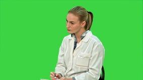 篡改谈话与耐心,给咨询坐一个绿色屏幕,色度钥匙 股票视频