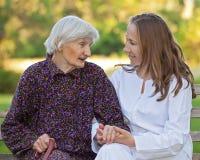 篡改年长妇女年轻人 免版税库存照片