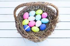 篮子五颜六色的复活节彩蛋 库存照片