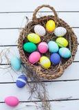 篮子五颜六色的复活节彩蛋 免版税库存照片