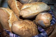 篮子做的面包家 库存照片