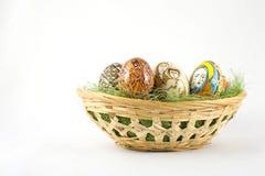 篮子充分复活节彩蛋 免版税库存图片