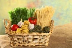 篮子原始成份的意大利面食 库存图片