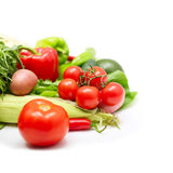 篮子圆白菜红萝卜花椰菜半莴苣葱堆土豆三棵蕃茄蔬菜 免版税库存图片