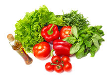 篮子圆白菜红萝卜花椰菜半莴苣葱堆土豆三棵蕃茄蔬菜 免版税图库摄影