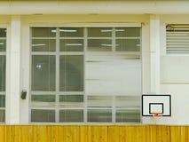 篮子在墙壁上的球箍 学校体育馆 免版税库存照片