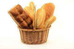 篮子在特殊的大面包上添面包 免版税库存照片