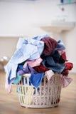 篮子坏的洗涤物 免版税图库摄影