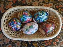 篮子复活节彩蛋秸杆 库存图片