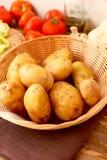 篮子嫩马铃薯 免版税库存图片
