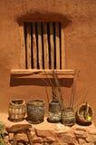 篮子对多孔黏土墙壁。 免版税库存照片