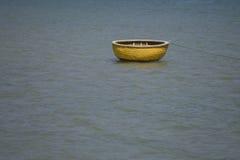 篮子小船 免版税库存图片