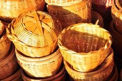 篮子手工制造泰国柳条 它是背景和设计的被编织的竹纹理 传统泰国被编织的秸杆纹理 库存照片