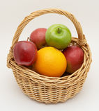 篮子新鲜水果 免版税库存照片