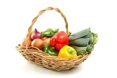 篮子新鲜的有机蔬菜 免版税图库摄影