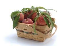 篮子新鲜的桃子 免版税库存照片