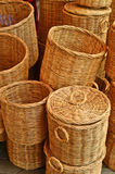 篮子柳条在市场上 免版税库存图片